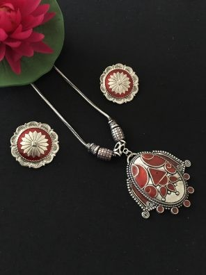 Maroon pendant set for women